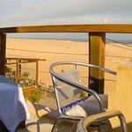 Cómoda terraza con camastros, mesas y sillas