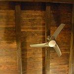 Habitación con ventilador de techo