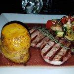 Schweinerückensteak vom Iberico-Schwein mit mediteranem Gemüse und Thymian-Kartoffel