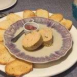 El foie es una delicia y el detalle del nombre en la mesa me encanta!!