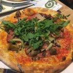 Pizza met verbrande ui