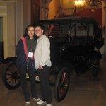 Un automóvil Ford 1920 en la planta baja del hotel