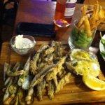 """""""planche tapas de la mer """" anchois frits, huîtres chaudes, crevette c rousti et poêle de coutea"""