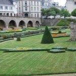 Des jardins à la Française bien entretenus pleins de surprises où déambuler ...