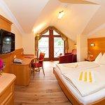 """Zimmertyp """"Urlaubsstudio"""" mit Wohnbereich, moderner Ausstattung und Balkon"""