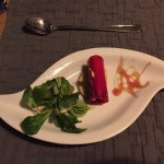 Entrée: Roulade de racine rouge à la truite sur pain croustillant au romarin et salade