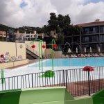 espace aquatique : toboggan, espace jeux enfants et grand bassin
