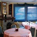 Gastraum mit Kamin und Aquarellausstellung