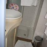peu d'espace pour entrer dans la salle d'eau : j'ai démonté la porte!!!!!!!