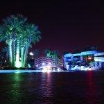 Hauptpool mit Rutschen bei Nacht