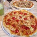 Pizza de camarones y la de atras mechada