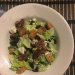 Salad with goat cheese and pecans