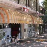 la façade du restaurant et la petite terrasse