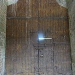 L'envers de la Porte d'Entrée toute cloutée en sens inverse