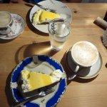 Eierlikörtorte und Cappuccino, an der Theke bestellen, wird an den Tisch gebracht