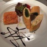 Norwegischer Lachs-Tartar mit Bananen-Schalotten und frischem Kraut, knuspriges Baguette