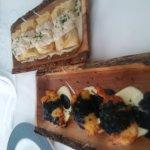 Buñuelos de bacalao y crujiente de pato con foie