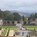 vue sur le parc et les Pyréenées de l'intérieur de la villa