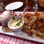 Jarret rôti au Munster et pommes de terre sauté.