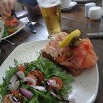 toast avec crevettes-crème, saumon fumé et salade (plat principal)
