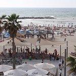 набережна в Тель-Авіві, чиста. красива. культурна, багато людей, всі умови для відпочинку