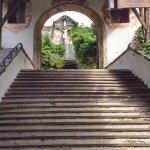 Zur Pfarrkirche führt ein Portal mit überdachter Treppe aus 1687.