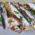 Tosta de ensaladilla con anchoas y boquerones