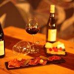 dégustation de vin français accompagnés de plat de charcuterie et de fromages