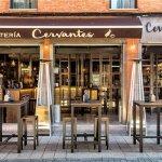 Entrada al gastrobar Cervantes 10 situado en la Calle Cervantes, número 10 del Barrio Romántico