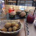 Míticas mini hamburguesas y croquetas de boletus