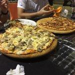 PIzza de verduras a la izquierda y derecha la pizza punto y coma