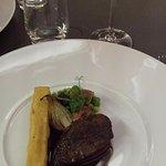Pigeon rôti sur le coffre, panisses, oignons cébettes et figue de Solliès