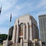 호주의 전쟁기념관 천장에는 12만개의 별 아래의 동상은 용사를 뜻함