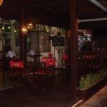 O restaurante conta com um delicioso e aprazível deck externo.