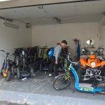 Die Garage mit den gut gewarteten Segways
