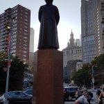 Estatua de bienvenida.