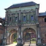 Красочные глазурированные ворота
