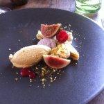 Dessert : figues, framboises et gâteau pâte pistaches