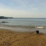On a une très belle vue de Fort LaLatte, il y a une douche et des wc, plage non surveillée