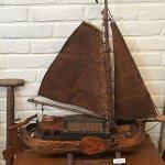 модель баржи для перевозки торфа в музее Леммера
