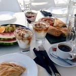 .Завтрак могут принести в номер или на терасу Мы предпочитали сами приходить в кафе