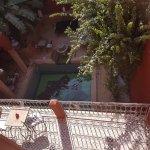 Vue de la terrasse du riad : on y voit la terrasse privée de notre chambre et la piscine du riad