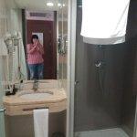 salle de bain petite propre et fonctionnel