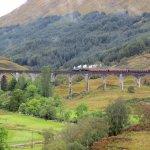 """Le fameux train à vapeur """"Le Jacobite"""" sur le viaduc de Glenfinnan"""