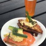Smørrebrød : saumon fumé, œufs brouillés, aneth et seigle, plie panée, rémoulade  Bière