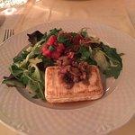 Grillezett camembert mézes dióval, kevert salátával