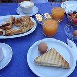 Πλούσιο πρωινό με καφέ, αυγά, χυμούς φυσικούς φρέσκους, σπιτικές μαρμελάδες, σαλάτα.