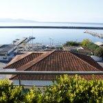 Θέα της παραλίας της Καλαμάτας από το loft του ξενοδοχείου όπου σερβίρεται το πρωινό