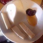 Formaggi, miele, marmellate e pere
