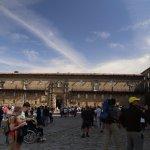 Los turistas admirando la Catedral, atrás el Parador